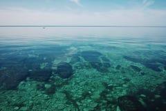 Lugna den plana havskusten av Kaspiska havet på middagar royaltyfri fotografi