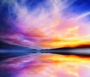 Lugna dramatiskt landskap Solnedgången färgar sjöreflexion arkivbild