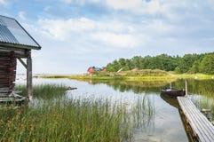 Lugna fjärd med bryggan Grisslehamn Sverige Royaltyfri Foto