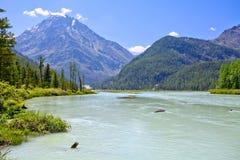 Lugna flod i bergssida royaltyfri fotografi