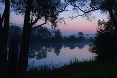 Lugna flod på gryningen Arkivbilder