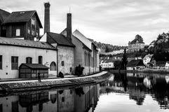 Lugna flod Vltava i Cesky Krumlov royaltyfria bilder