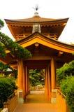 Lugna fridsam tempel i mitt av modern byggnad för högt torn royaltyfri foto