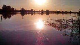 Lugna höstsolnedgång i floden Arkivbilder