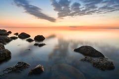 Lugna hav av den steniga stranden av Black Sea efter solnedgång, Anapa, Ryssland royaltyfri foto