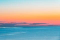 Lugna hav eller hav och färgrik solnedgång- eller soluppgånghimmelbakgrund Fotografering för Bildbyråer