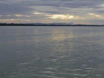 Lugna hav i morgonhimlen Arkivfoto