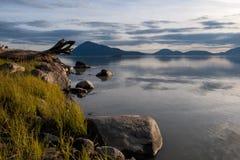 Lugna hav på den Stikine floddeltan nära Wrangell, Alaska i aftonen Fotografering för Bildbyråer
