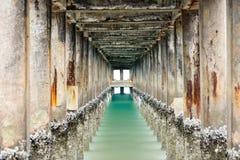 Lugna hav under bryggan Royaltyfria Foton