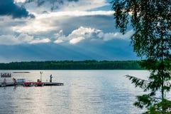 Lugna himla- landskap med tjocka moln över skogsjön, bra ställe till att fiska Royaltyfri Foto