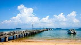 Lugna himmel och hav i sommar Arkivbilder