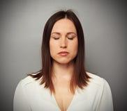 Lugna kvinna med stängda ögon Arkivfoto