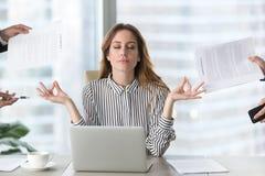 Lugna kvinnlig ledare som mediterar ta avbrottet som undviker stressigt jobb arkivbilder