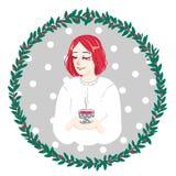 Lugna nätt flicka med en kopp te på den gråa bakgrunden royaltyfri bild