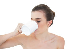 Lugna naturlig brun haired modell som dricker kaffe Royaltyfri Fotografi