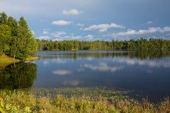 Lugna nordlig Wisconsin sjö Arkivfoto