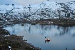 Lugna norsk inställning med ett fisherfartyg som ut heading royaltyfri fotografi