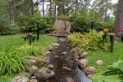 Lugna och härlig minnesmärke i en kyrkogård i Mariestad Sverige Royaltyfria Bilder