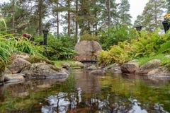 Lugna och härlig minnesmärke i en kyrkogård i Mariestad Sverige Arkivfoto