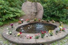 Lugna och härlig minnesmärke i en kyrkogård i Mariestad Sverige Arkivfoton