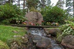 Lugna och härlig minnesmärke i en kyrkogård i Mariestad Sverige Royaltyfria Foton