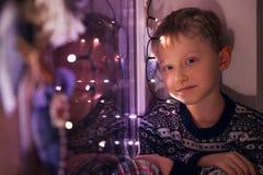 Lugna pys på windoen med julljus Royaltyfri Bild