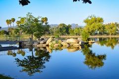 Lugna reflexioner på Santee sjöar i Kalifornien arkivbild