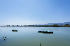 Lugna sjö med två fiskebåtar Sötvattenlagun i Estany de cullera spain valencia Arkivfoton