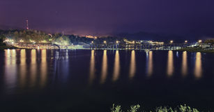 Lugna sjö på mörk natt Royaltyfri Bild