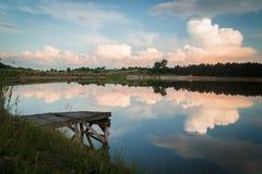LUGNA SJÖSIKT PÅ EN SOLNEDGÅNG MED INGET Fotografering för Bildbyråer