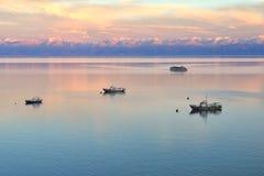 Lugna sjösolnedgång royaltyfria bilder