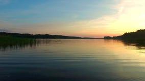Lugna solnedgång över sjön i sommaren arkivfilmer