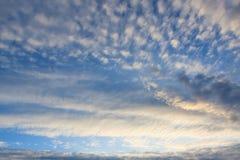 Lugna solnedgångmoln och blå himmel Arkivbilder