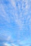 Lugna solnedgångmoln och blå himmel Arkivbild