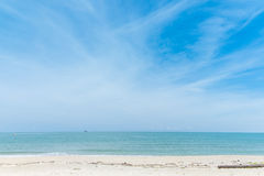 Lugna strand i solig dag för blå himmel Royaltyfri Bild
