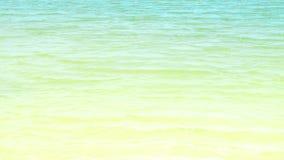 Lugna turkoshavsbakgrund Vågor på havet för vattenyttersidablått Mjuka vågor på det blåa havet på sommardag lager videofilmer