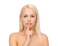 Lugna ung kvinna med fingret på kanter royaltyfri fotografi