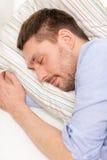 Lugna ung man som hemma ligger på soffan arkivbilder