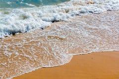 Lugna v?gor i stranden fotografering för bildbyråer
