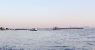 Lugna vatten av den Candarli hamnen stock video