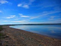 Lugna vatten på en strand Arkivfoto