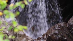 Lugna vattenfallet under September i Skottland, lugna Vattnet av liv Buar nedgångar arkivfilmer