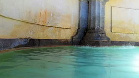 Lugna vattenspringbrunn stock video