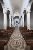 Lugnano in Teverina, alter Kircheinnenraum Stockfotos