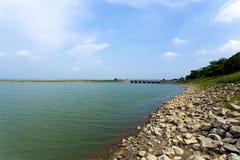 Lugnt vatten i behållaren eller fördämningen som så är fridsamma och som är lugna från stenkust till horisonten Arkivbild