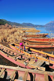 "Lugu See, China †""am 30. Dezember 2013: Lokales Bootsinhaber-Reinigung thei Lizenzfreie Stockfotos"