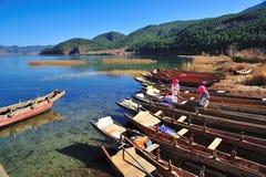 "Lugu See, China †""am 30. Dezember 2013: Lokales Bootsinhaber-Reinigung thei Lizenzfreies Stockbild"