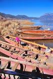 "Lugu See, China †""am 30. Dezember 2013: Lokales Bootsinhaber-Reinigung thei Lizenzfreies Stockfoto"