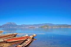 "Lugu See, China †""am 30. Dezember 2013: Lokales Bootsinhabergenießen Stockbild"