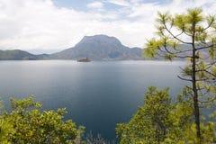 Lugu sjö i Yunnan, Kina Arkivbild